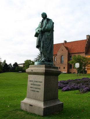 H.C. Andersen-statuen i Eventyrhaven i Odense