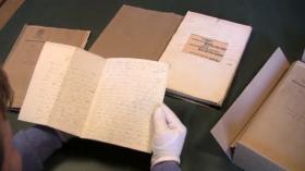 """Ejnar Askgaard med manuskriptet til H.C. Andersens første eventyr """"Tællelyset"""""""